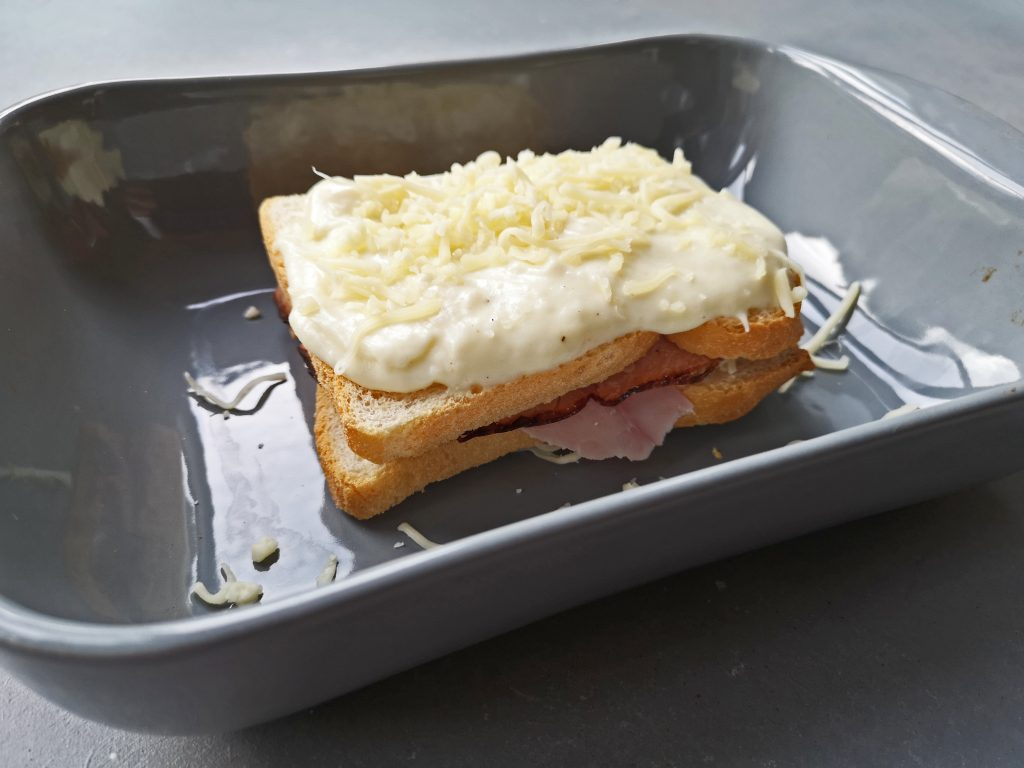 tosti in de oven met kaassaus