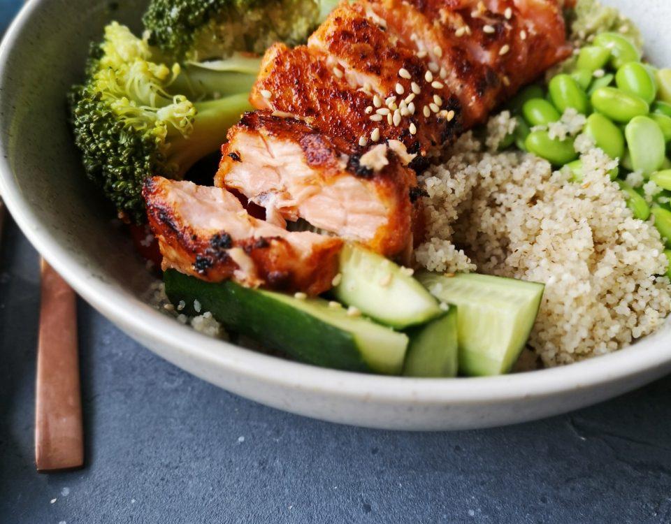 bowl met couscous en zalm