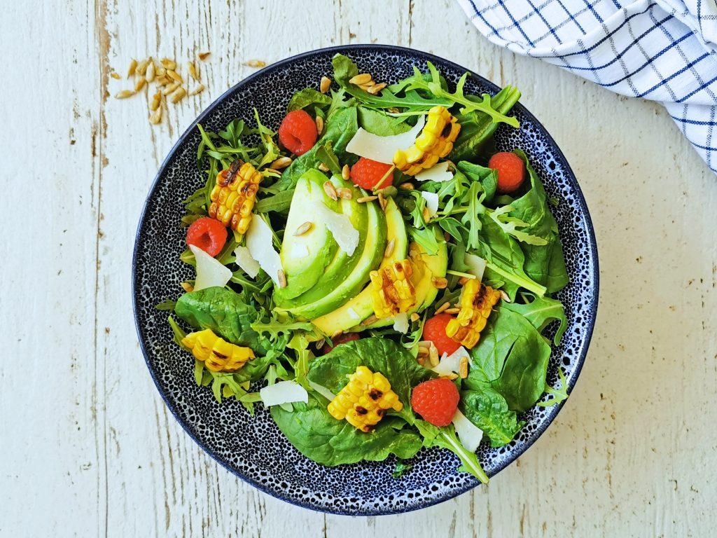 salade met avocado en frambozen